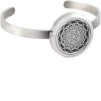 Cette photo représente le produit : Bracelet diffuseur d'huiles essentielles mandala finition Argentée + 5 feutrines